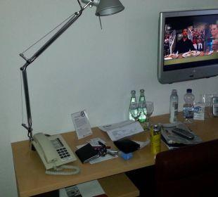 Schreibtisch, hier fehlt ein Spiegel für Frauen  Hotel Maternushaus