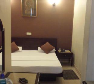 Blick von der Sitzecke auf großes Doppelbett Shalimar Hotel