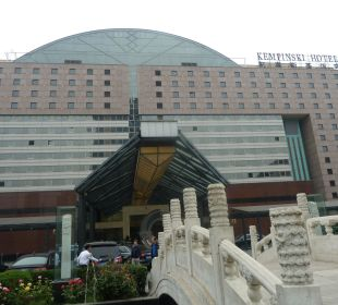 Blcik von der Straße zum Hoteleingang Kempinski Hotel Beijing Lufthansa Center