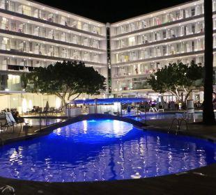 Hotelanlage am Pool bei Nacht JS Hotel Sol de Alcudia