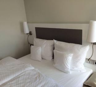 Bett mit verschiedenen Kissen. Weitere bestellbar. Kongresshotel Potsdam am Templiner See
