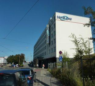 Blick von der Straße auf das Hotel Motel One Nürnberg-City