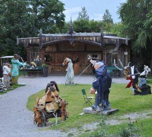 Lustige Holzfiguren im Garten Hotel Saratz