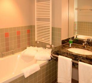 Großes Bad mit Dusche und Badewanne AKZENT Hotel Kaliebe