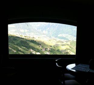 Blick vom Aufenhaltsraum auf der Burg und Dorf Tirol Hotel Schloß Thurnstein