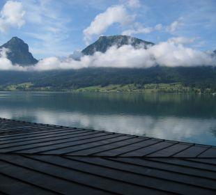 Blick übers Blechdach auf den See Romantik Hotel Im Weissen Rössl