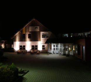 Das Hauptgebäude bei Dunkelheit Hapimag Resort Winterberg