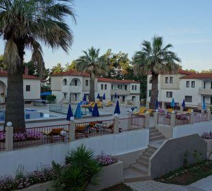 Pool mit Liegen und die anderen Gebäude Hotel Amari