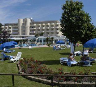 Liegewiese um die 3 Thermalschwimmbäder Hotel Leonardo Da Vinci