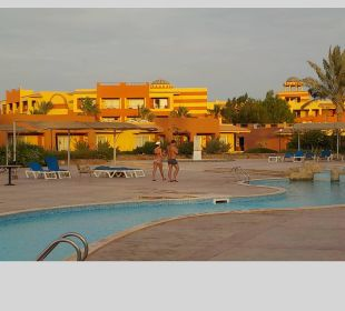 Blick vom Pool auf die Hotelanlage