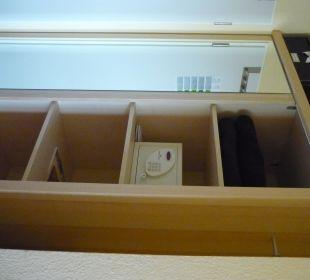 Kleiderschrank und Safe Hotel Uhu Köln