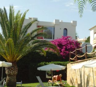 Garten, rechts die Mauer des Pools JS Hotel Cape Colom
