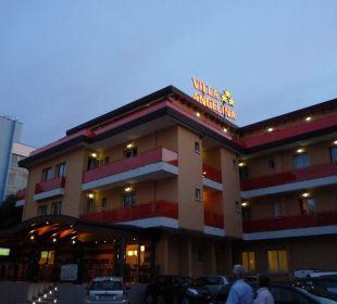 Aussenansicht des Hotels bei Nacht Hotel Villa Angelina