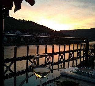 Ausklang des Tages am Balkon Hotel Weinhaus Mayer