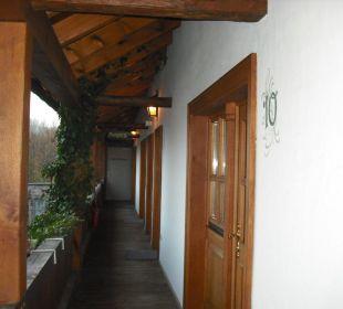 Balkon entlang der Raucherzimmer Hotel Meisnerhof