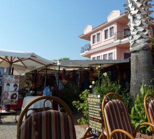 Hotel im Hintergrund, vorne Bar und Laden Hotel Günes