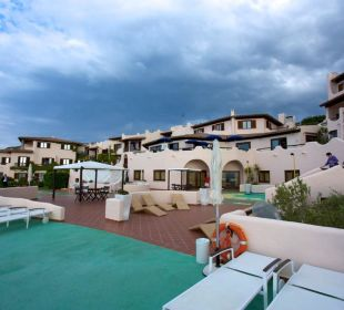Vom Pool zum Hotel CalaCuncheddi Resort & Marina