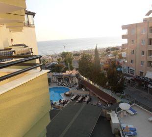 Výhled z hotelového pokoje na moře, vedlejší hotel Hotel Krizantem