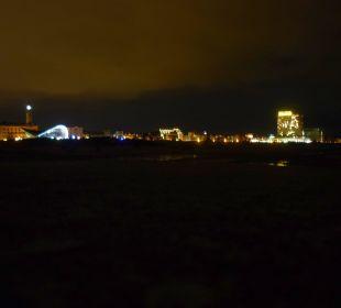 Blick von der Mole auf das strahlende Neptun Hotel Neptun