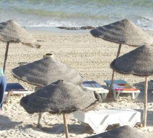 Strand mit Schirmen und kostenlosen Liegen