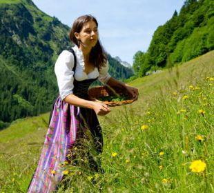 Unsere Wildkräuterführerin Nadine Der Kleinwalsertaler Rosenhof