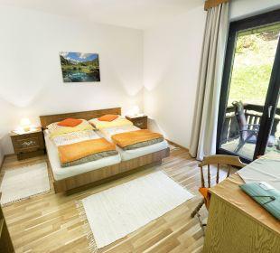 Doppelbettzimmer mit Balkon und Gartenblick BergPension Lausegger