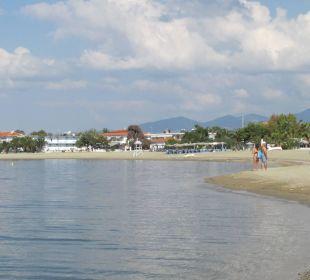 Spaziergang zurück zum Hotel - hinten lings Hotel Possidona Beach