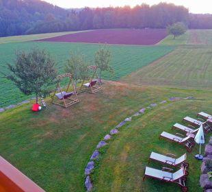 Blick vom Balkon zum Garten und Waldrand am Abend Landhotel Talblick
