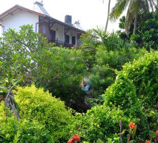 Die Hotelgebäude verstecken sich im üppigen Grün Hotel Susantha Garden