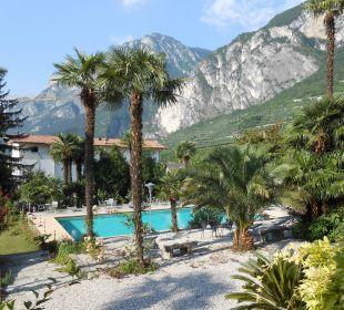 Blick von der Terrasse auf  Pool und Garten Hotel Villa Moretti