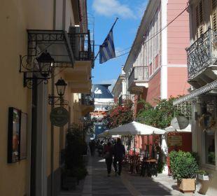 Fußgängerzone Sofroni Straße mit Blick auf Hafen Hotel Omorfi Poli