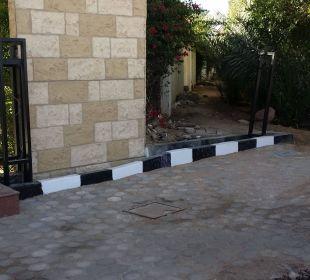 Mauer vor dem Hotel