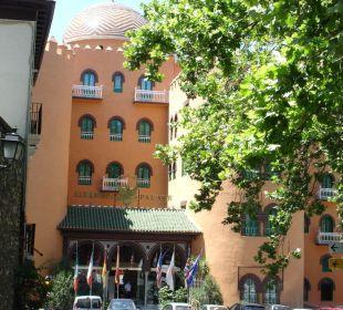 Außenansicht von der Straße her kommend Hotel Alhambra Palace