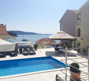Pool Baroni mit Sonnenliegen und Meerblick Pension Villa Baroni