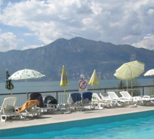 Pool mit Aussicht auf den Gardasee Hotel Residence Castelli