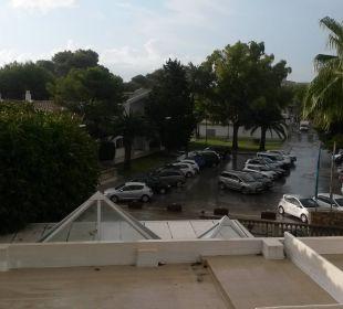 Ausblick vom Balkon über Hoteleingang