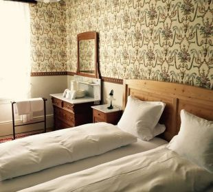 Quotcharme des 18 jhd leider mit massigem servicequot hotel for Markise balkon mit sherlock holmes tapete