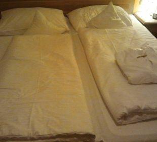 Bett mit Bademantel Das Hotel Eden