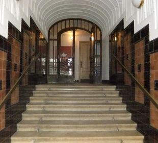 Fluraufgang hinter der Eingangstür des Gebäudes