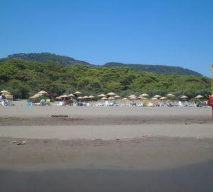 Sicht vom Meer auf den hoteleigenen Strand The One Club Hotel