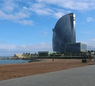 Blick vom Strand auf das Hotel W Barcelona Hotel