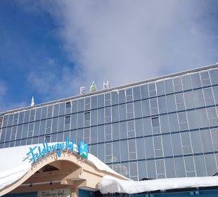 Außenansicht bei Traumwetter  Familotel Hotel Feldberger Hof