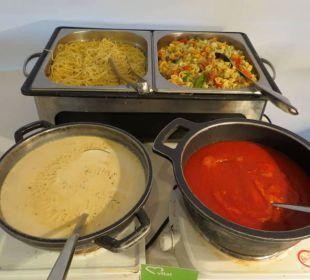 Bei jedem Essen gibt es auch Pasta mit Sauce JS Hotel Sol de Can Picafort