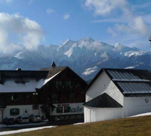 Fidazerhof und Kirche vor der Bergkulisse Hotel Fidazerhof