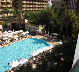 Blick vom Zimmer zum Pool