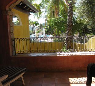 Terrasse mit Blick auf Gartenanlage und Pool Hotel Cruccuris Resort