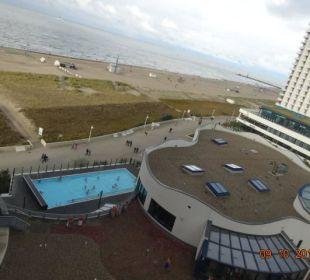 Schwimmbad des a-ja Resort mit beheiztem Außenpool a-ja Warnemünde. Das Resort.
