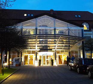 Hoteleingang am Abend Seehotel Großherzog von Mecklenburg