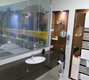 Waschbereich mit Blick aufs Bett Seehotel Adler