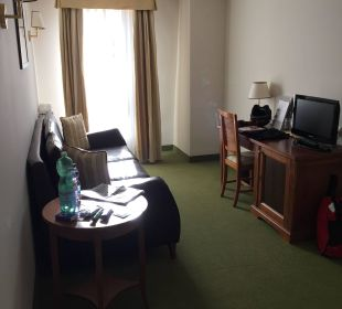 Couch und Schreibtisch Hotel Reine Victoria by Laudinella